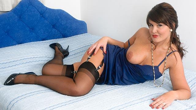Elle Brook  se branle sur son lit en bas nylons noirs